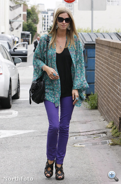 Nicky Hilton lila nadrágban