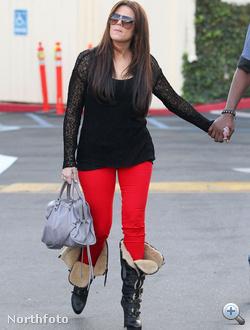 Khloe Kardashian piros nadrágban