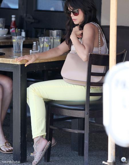 Jenna Dewan halványsárga nadrágban