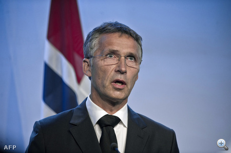 Jens Stoltenberg a norvég miniszterelnök sajtótájékoztatót tart a lövöldözés és robbantás másnapján.