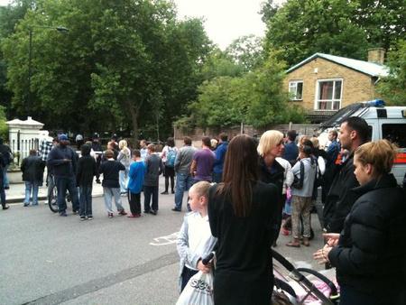 Gyűlik a tömeg az énekesnő házánál (Forrás: Twitter)