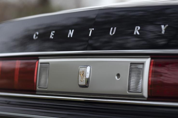 Büszke felirat hirdeti a típust. Ez az egyetlen, V12-es motorral hajtott, hátsókerekes autója a Toyotának
