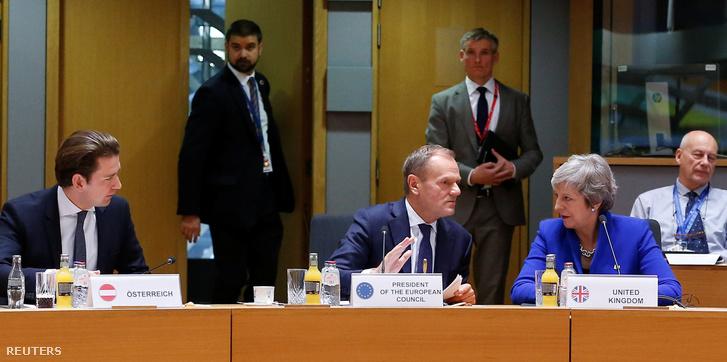 Theresa May brit miniszterelnök és Donald Tusk az Európai Tanács elnöke Brüsszelben, az uniós tagországok vezetőinek rendkívüli csúcsértekezletén 2018. november 25-én.