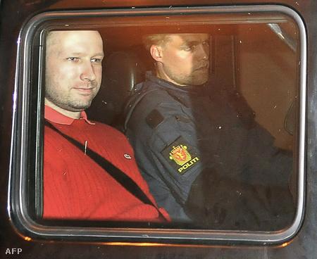Anders Behring Breivik rendőrautóban ülve távozik egy oslói bíróságról