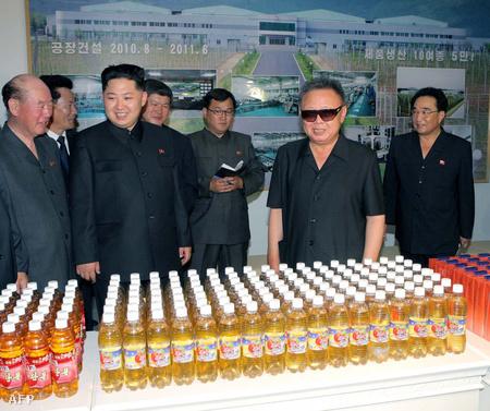 A legfrissebb hivatalos fotó Kim Dzsongilről, amint egy gyümölcslé-üzemet tekint meg