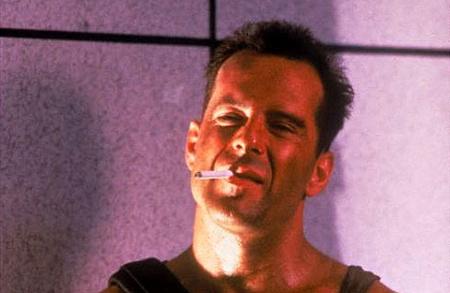 Pillanatkép a Die Hard című filmből - Bruce Willis híres lapos cigarettái