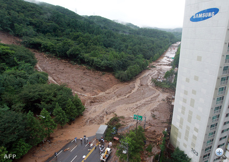 Heves esőzések okozta földcsuszamlás temetett maga alá több épületet szerdára virradóra egy dél-koreai üdülővárosban, kilenc ember halálát okozva.