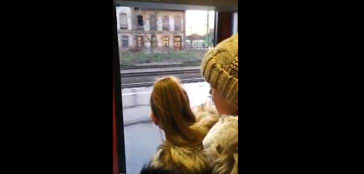 Nyitott ajtóval suhant a tömött vonat Dunakeszinél