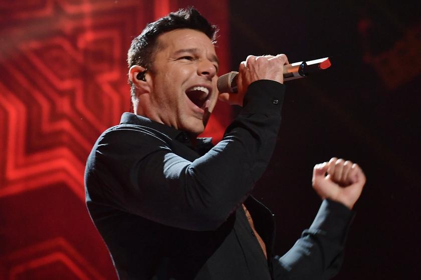 A sármos Ricky Martin 1970. december 24-én született. A híresség, eredeti nevén Enrique Martín Morales 2010-ben vállalta fel nyíltan homoszexualitását, azóta párjával boldog harmóniában nevelik örökbe fogadott gyermekeiket.