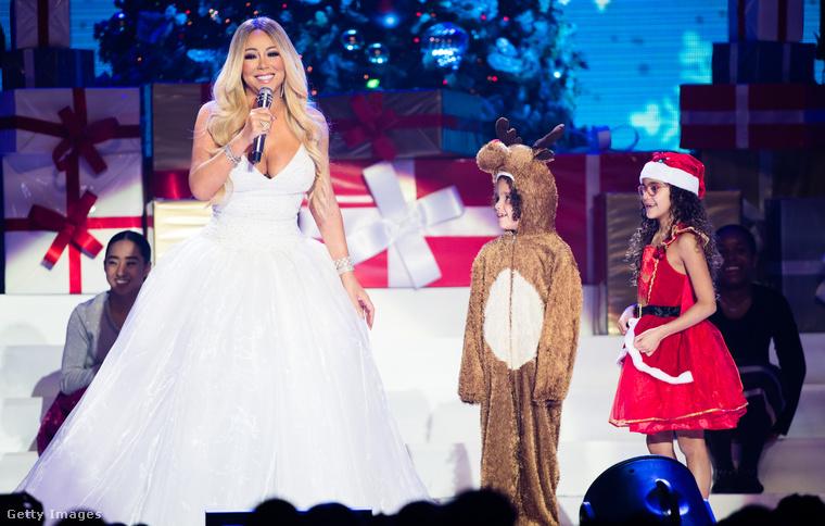 Az ikrei is részét képezik a karácsonyi műsornak, és most konkrétan a gyerekeire gondolunk