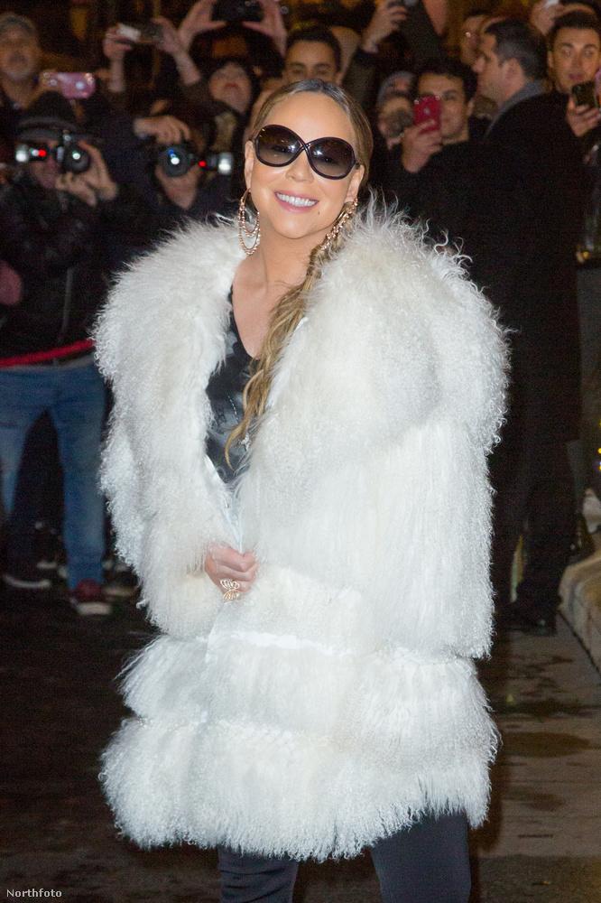 Mariah Carey tavalyi karácsonyi turnéjának legemlékezetesebb mozzanata a láthatatlan szék volt, ha már nem emlékszik rá, nézze újra itt! Viszlát!