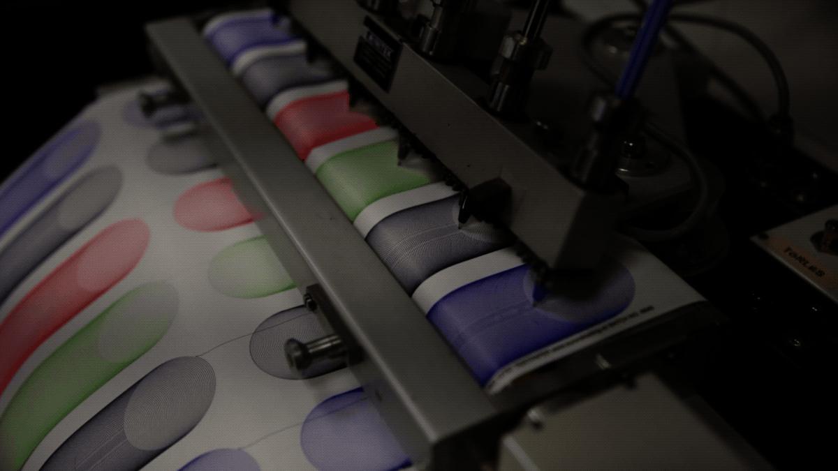 A minőségellenőrzési osztály bámulatosan hipnotikus gépe az itt gyártott tollak kapacitását méri.