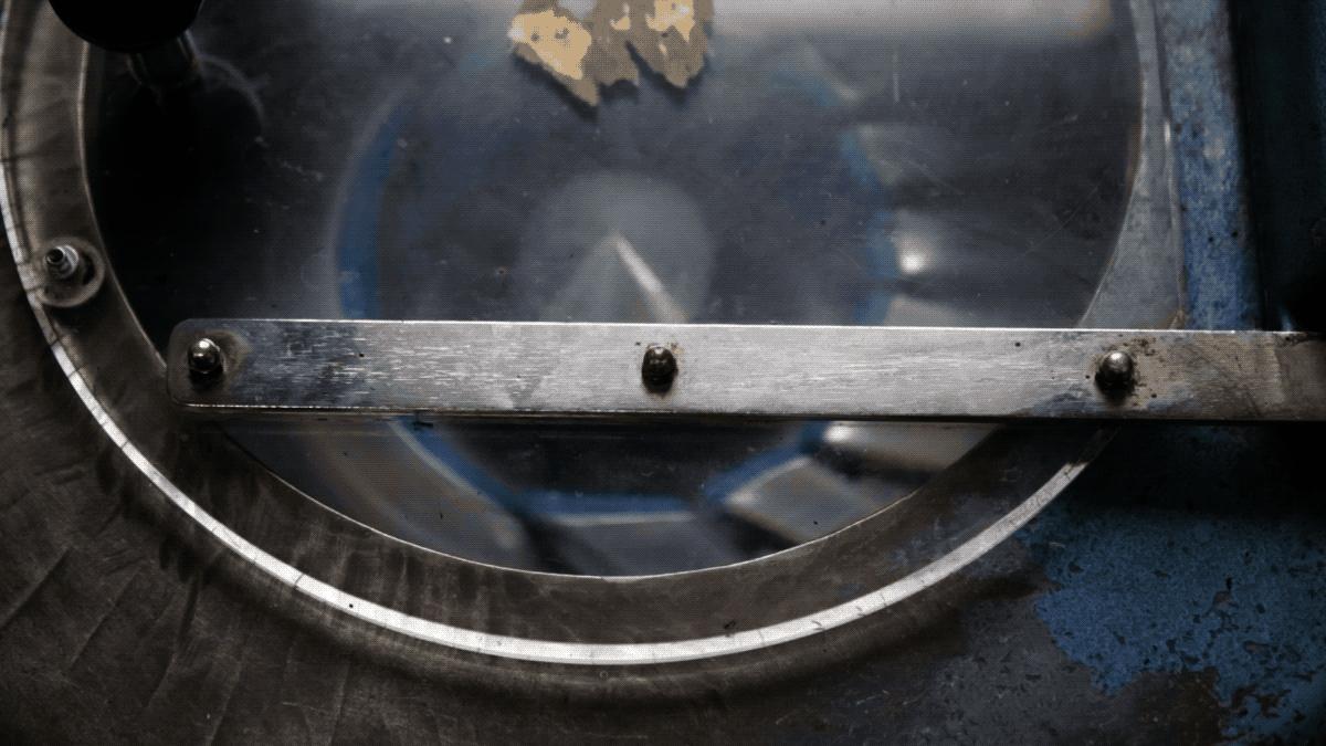 A Signetta-gyártás utolsó fázisa: a kész tollakat centrifugába pakolják és alaposan megpörgetik. A centrifugázásra azért van szükség, mert töltéskor az írócsúcs golyója és a tinta között levegő van, és a tintát a centripetális erő segítségével préseljük rá a golyóra.
