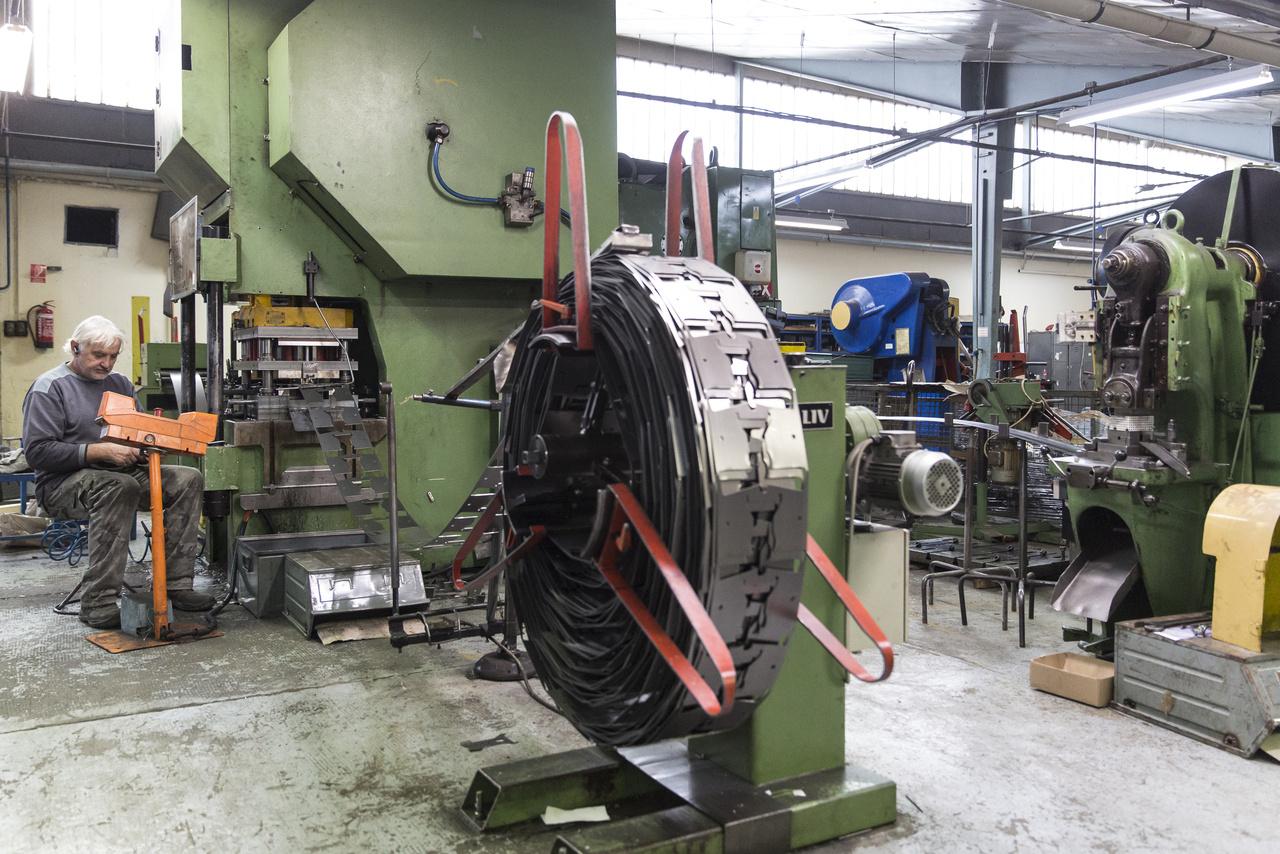 A SAX Kft. csarnokaiban készülnek hajlított-préselt acéllemezekből az iratlyukasztó- és tűzőgépek.