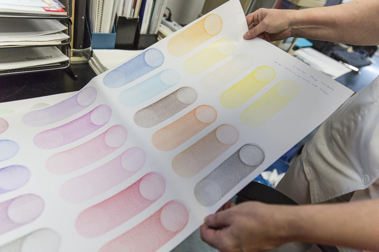 Az ugyanis szigorúan meg van szabva, hogy egy itt gyártott toll vagy az ICO által forgalmazott színes ceruza hány méternyi vonalat kell hogy húzzon. Az ipari műalkotásnak is beillő tesztlap alapján ezt pontosan mérni lehet.