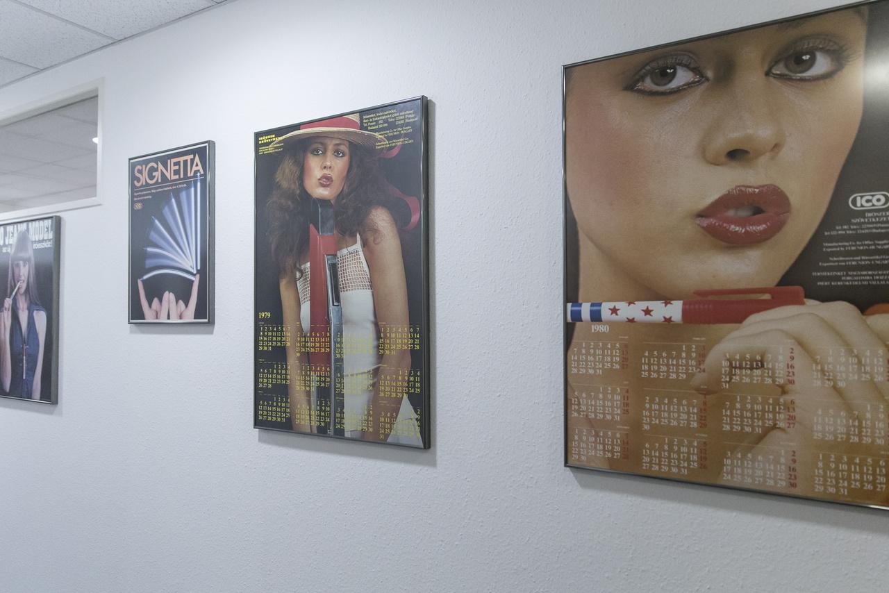 Klasszikus ICO poszterek az irodaépület egyik folyosóján.