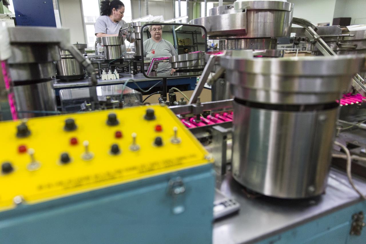 A gyártás csak részben automatizált, a gépek működését az itt dolgozók felügyelik, ők töltik fel például alapanyaggal a tartályokat. Az idősebb dolgozók közt sokan évtizedek óta a cégnél dolgoznak, és akadnak köztük még ma is részvényesek, akik a rendszerváltás után lettek cégtulajdonosok a részvénytársasággá alakuláskor.