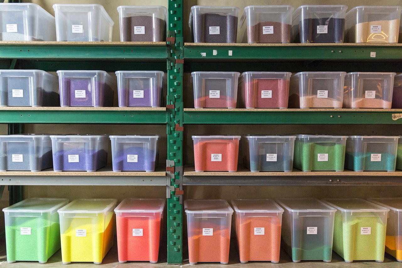 Az ICO pomázi gyárában helyben keverik az itt gyártott tollak, filctollak testének, kupakjának színeit. A natúr alapanyaghoz a képen látható élénk színű mesterkeveréket adagolják, így egyedi megrendelésre tetszőleges színt képesek előállítani.