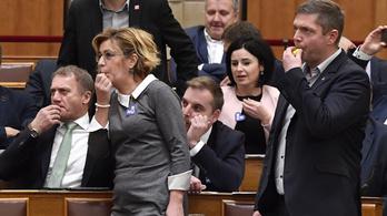 Nyolc ellenzéki politikust büntetett a parlament több százezerre
