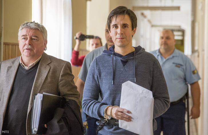 Czeglédy Csaba (j) a Szegedi Járásbíróság folyosóján ügyvédjével Hankó-Faragó Miklóssal 2018. április 4-én