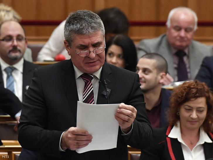 Bodó Sándor a Pénzügyminisztérium foglalkoztatáspolitikáért és vállalati kapcsolatokért felelős államtitkára napirend előtti felszólalásra válaszol az Országgyűlés plenáris ülésén 2018. december 10-én.