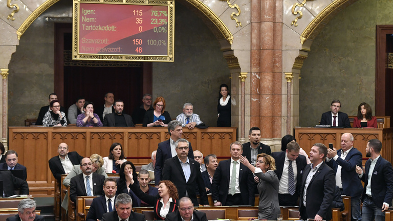 Shouts, whistles and chaos in the Hungarian Parliament at the overtime-law debate