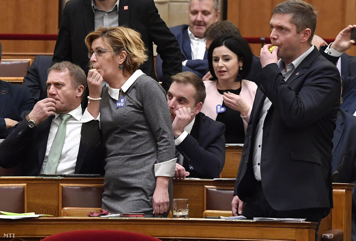 László Varju (DK) and Ildikó Bangóné Borbély, Tamás Harangozó, and Tóth Bertalan (MSZP) at the parliamentary session on 10 December 2018.