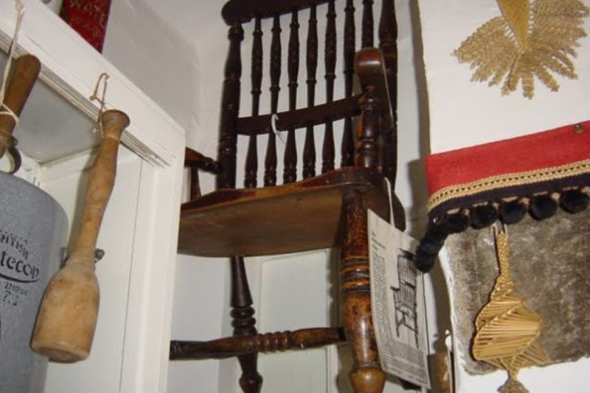 A halál székének nevezik ezt a bútordarabot. 1702-ben Thomas Busby akasztása előtt kedvenc kocsmájában ebben ülve fogyasztotta el utolsó vacsoráját, majd elátkozta a széket. Az idők során összesen 63-an ültek benne, mint a legenda mondja, egyikük sem élt utána sokáig.