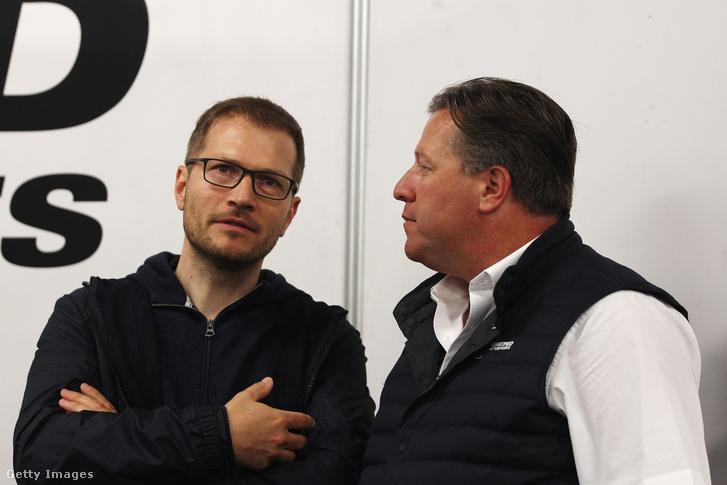 Andreas Seidl (bal) a 2018-as Le Mans-i 24 órás versenyen a McLaren-főnök Zac Brownnal