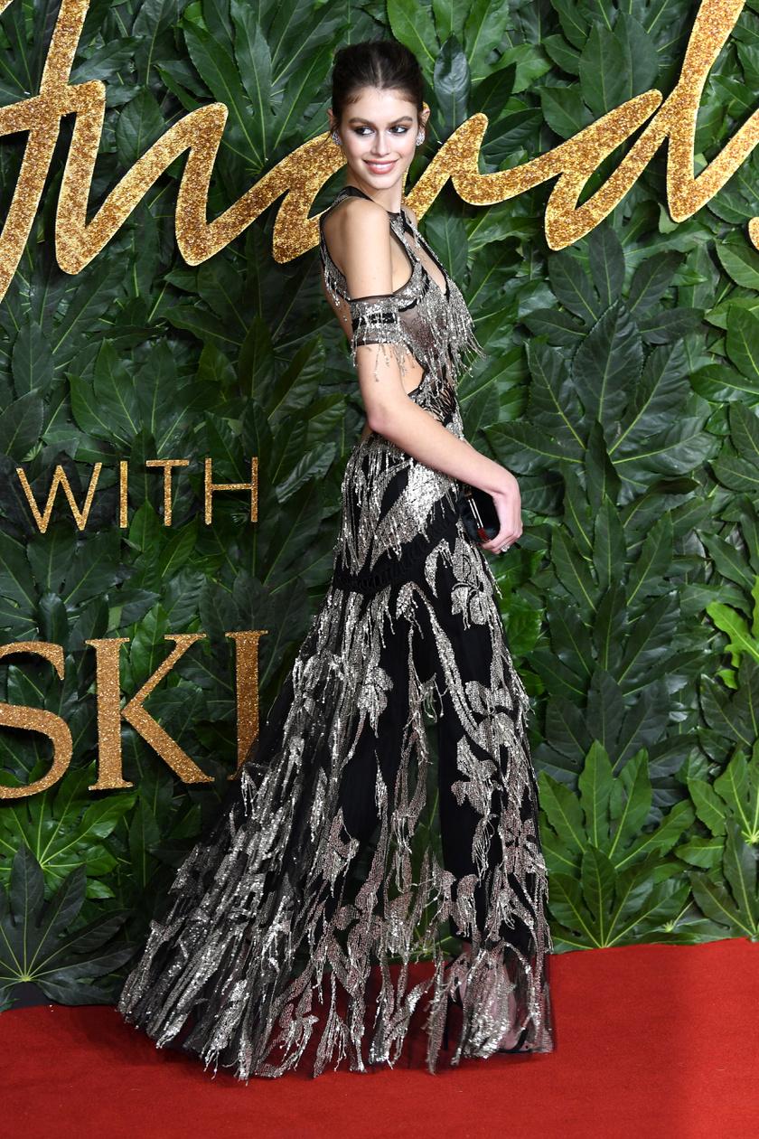Kaia Gerber gyönyörű volt ebben az ezüstösen csillogó Alexander McQueen-ruhában.