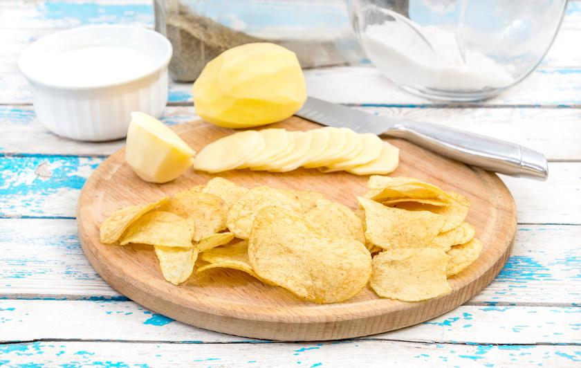 A test menstruáció előtt több vizet tart vissza, amin tovább rontanak a sós rágcsák, chips-ek, mivel magas nátriumtartalmuk miatt még jobban zavarják a vízháztartást. Erősítik a hasi diszkomfortérzetet, a puffadást is.