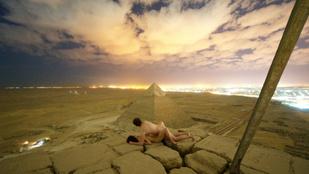 Egyiptom bepipult a piramison szexelő pár látványa miatt
