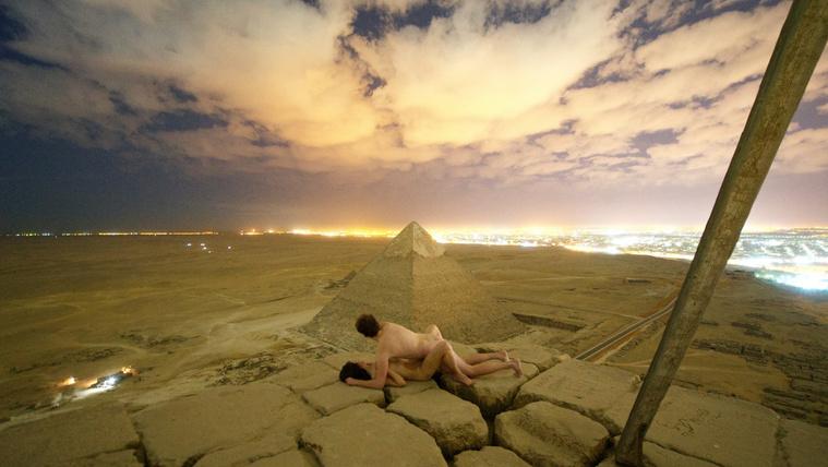 Letartóztattak egy tevehajcsárt a dán fotós botrányos felvételei miatt Kairóban