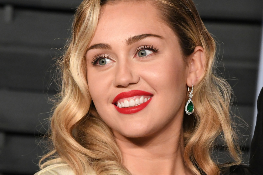 Anyja veszi rá a drogfogyasztásra az énekesnőt - Ezért esett vissza a rehab után Miley Cyrus