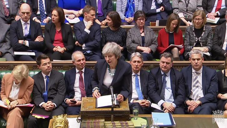 Theresa May brit miniszterelnök nyilatkozata a brit alsóházban a Brexitről szóló szavazás elhalasztásáról 2018. december 10-én (a brit parlament videójából kivett kép)