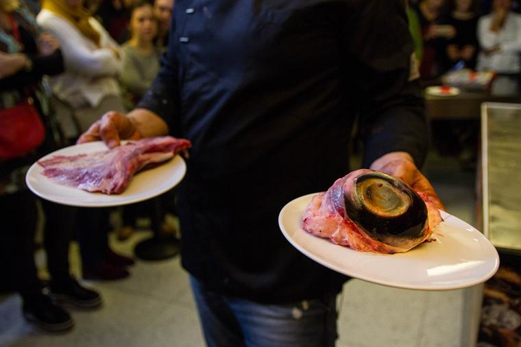 A feldolgozott tonhalnak szinte minden részét felhasználják, a csigolyákért például Bíró Lajos séf szokott bejelentkezni