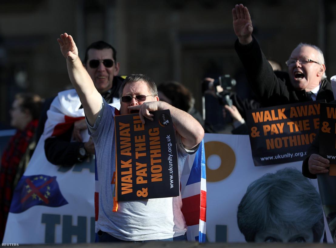 Keményvonalas Brexit-párti tüntetők Londonban a Parlament épülete előtt 2018. december 11-én