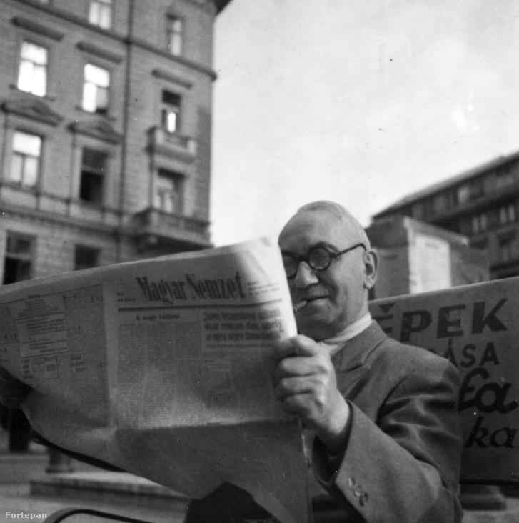 Magyar Nemzetet olvas egy férfi 1949-ben Budapesten. A felvétel az Erzsébet körút 8. számú ház előtt készült.