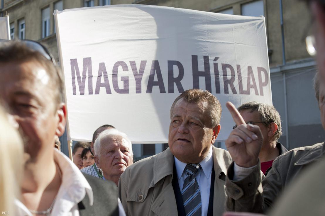 A Békemenet résztvevői a Margit hídhoz érkeznek az 1956-os forradalom és szabadságharc 57. évfordulóján 2013. október 23-án. Középen Széles Gábor vállalkozó és laptulajdonos.