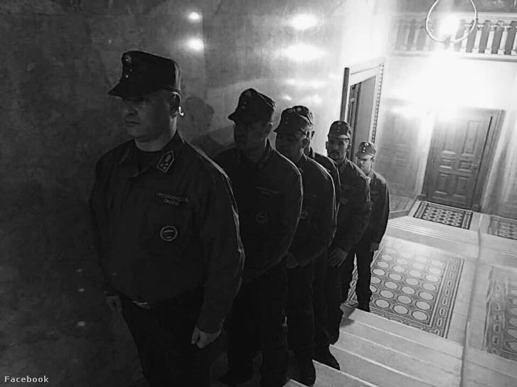 """Kövér László felsorakoztatta a """"köztársasági"""" őrezred embereit! Erőszakkal akarják kititlani az ellenzéket. Az Országgyűlés ma jobban hasonlít a hitleri hatalomátvétel Reichstagára, mint a fiatalon eltiport Magyar Köztársaság első parlamentjére, amiben még Orbánék is liberális báránybőrben tetszelegtek."""