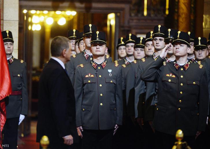Kövér László, az Országgyűlés elnöke (b2) megszemléli a 2013. január elsejével megalakuló Országgyűlési Őrség ünnepélyes eskütételét a Parlament Kupolateremében 2012. december 28-án