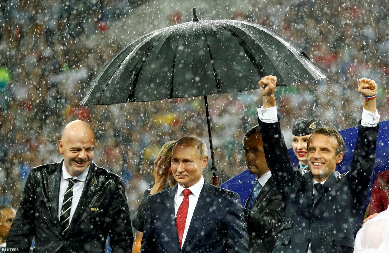 A nyári oroszországi futball-vb eseménydús volt és szórakoztató, a dráma már a csoportkörben elkezdődött, ahol a címvédő németek hamar kiestek. Öngól, videóbírós tizenegyes és óriási potyagól is volt a 2018-as futball-világbajnokság döntőjében. A horvátok hatalmasat küzdöttek, de végül Franciaország nyerte a tornát, és története második világbajnoki címét. A díjátadó a zuhogó esőről is emlékezetes marad, amiben egy ideig csak Vlagyimir Putyin feje fölé tartottak esernyőt a testőrei, míg Emmanuel Macron francia elnök és a horvát elnökasszony alaposan megáztak, de mosolyogtak mellé                         A februári téli olimpiára magyar részről is örökké emlékezni fogunk: férfi gyorskorcsolyázóink történelmet írtak győzelmükkel, de rock & rollal és ciki szabadstílusú síprodukcióval is középpontba kerültünk. Szürreális észak-koreai szurkolócsapat, a félmeztelen tongai hős és rekordokat döntő aranyérmesek is felhívták magukra a figyelmet az olimpián.