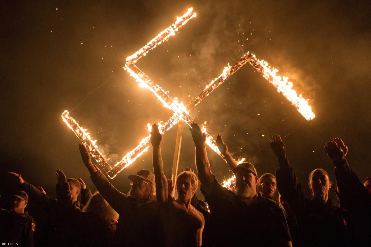 A Nemzeti Szocialista Mozgalom fehér felsőbbrendűséget hirdető politikai csoportosulás demonstrációján a résztvevők náci karlendítések kíséretében elégettek egy horogkeresztet Georgiában április végén. Csak néhány tucatnyian vettek rajta részt, ezért sokkal kisebb volt, mint az a neonáci tüntetés, amit 2017-ben Charlottesville-ben tartottak Virginiában. December közepén kapott életfogytiglani börtönbüntetést az a neonáci férfi, aki autójával az antifasiszta tüntetők közé hajtott. Akkor egy nő meghalt, tizenkilencen megsérültek.