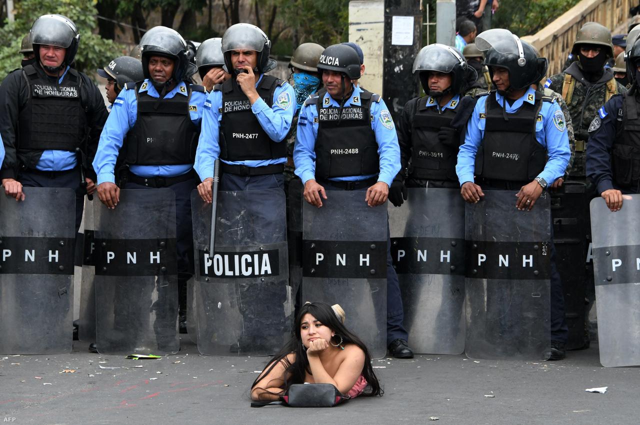 2018 elején kezdődtek tüntetések Juan Orlando Hernandez hondurasi elnök vitatott újraválasztása ellen. A csalást kiáltó ellenzék országos sztrájkra szólított fel. Több tucat ember halt meg, sok száz embert pedig bebörtönöztek Hernandez győzelmének kihirdetése után az akkor elkezdődött zavargásokban. A kilencmillió lakosú országban bandaháborúk, drogháborúk és korrupció miatt is súlyos a helyzet, ami hozzájárul ahhoz. A Világbank adatai alapján a lakosság több mint 60 százaléka szegénységben, minden ötödik ember pedig mélyszegénységben él.