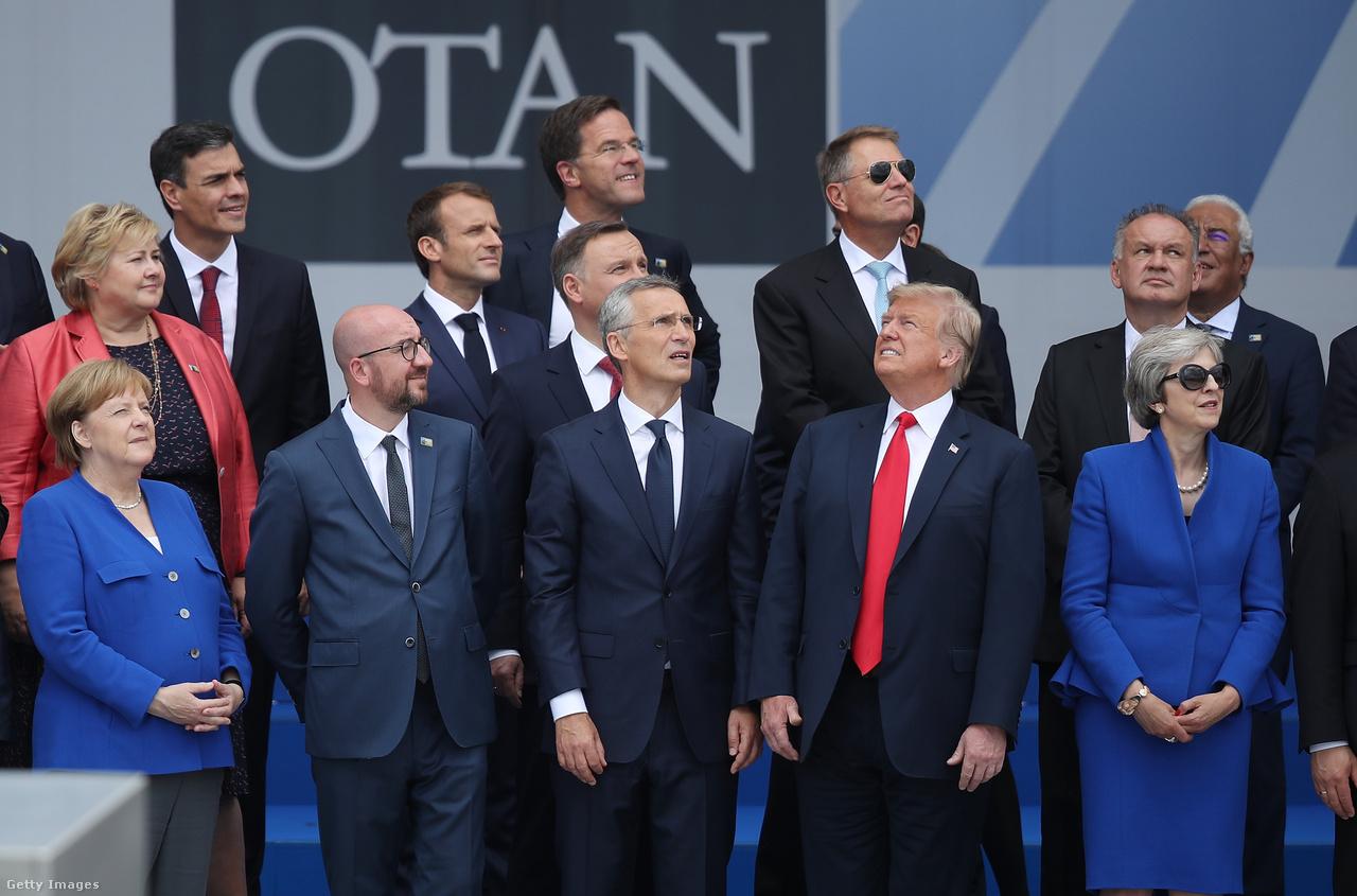 Közös csoportkép a júliusi NATO-csúcson. Kifejezetten feszülten alakult a csúcstalálkozó, amin Trump kiosztotta az Egyesült Államok szövetségeseit. Pár nappal Vlagyimir Putyinnal Helsinkiben megtartott első kétoldalú találkozója előtt arról beszélt, hogy Európa az amerikaiakkal védeti meg magát, miközben spórol a hadi kiadásokon. A németeket konkrétan azzal vádolta, hogy miközben az amerikaiaknál kuncsorognak, gázfüggőségük miatt az oroszok zsebében vannak. A hadseregre fordított pénz brutális emelését követelte, és mindezek tetejében állítólag még azt is belengette, hogy az Egyesült Államok akár kész kilépni a NATO-ból.                         A Putyinnal tartott találkozó ehhez képest sokkal felszabadultabbnak tűnt, pedig a Krím annektálása és a 2016-os amerikai elnökválasztás orosz meghekkelése is a témák között lehetett. A NATO-ból végül nem, de Trump kiléptette az Egyesült Államokat a közepes hatótávolságú atomrakétákra vonatkozó évtizedes amerikai-orosz megállapodásból, amit leginkább azzal indokolt, hogy lépést kell tartani Kínával, ami ellen kereskedelmi háborút is folytatott 2018-ban.