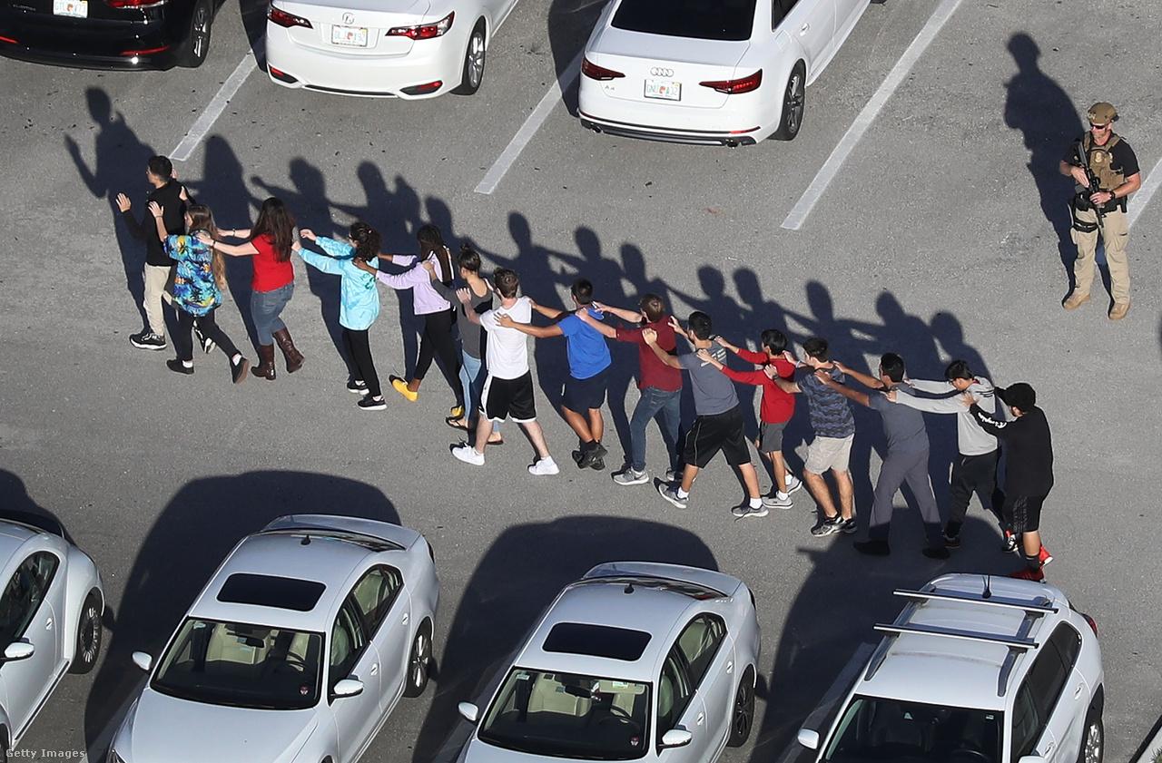 Diákok jönnek ki sorban a floridai Parkland Marjory Stoneman Douglas középiskolájából, ahol egy 19 éves fiatal lövöldözni kezdett egy félautomata karabéllyal. 17-en meghaltak. Többen is hősiesen viselkedtek, köztük a középiskola amerikaifutball-csapatának edzője, aki saját testével védte diákjait. Egy diák pedig a saját testével torlaszolta el egy terem ajtaját, 20 másik diákot megmentve ezzel. Egy seriffhelyettest viszont azzal vádoltak meg, hogy tétlenül állt a bejáratnál, majd pedig elmenekült, ahelyett, hogy bement volna megfékezni az iskolában lövöldöző fiatalt.
