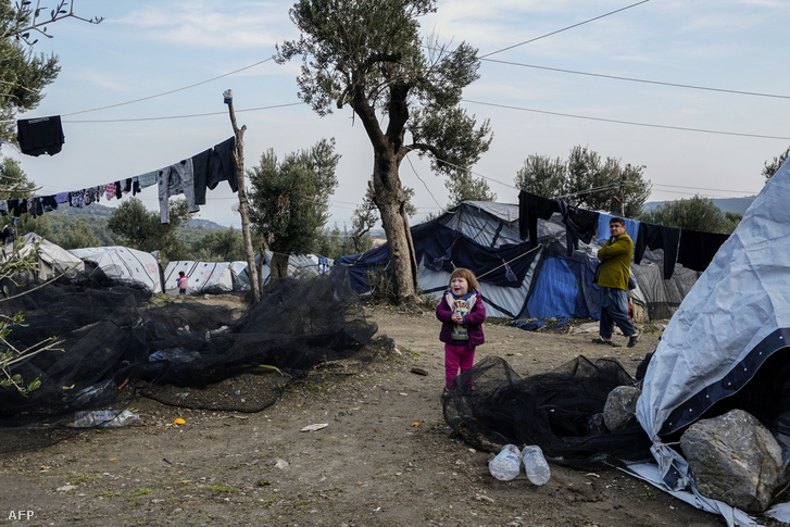 Menekült gyerek a Leszbosz szigetén lévő Moria menekülttáborban