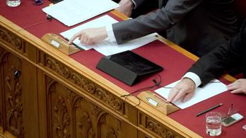 Ma dönt a parlament a túlóratörvényről