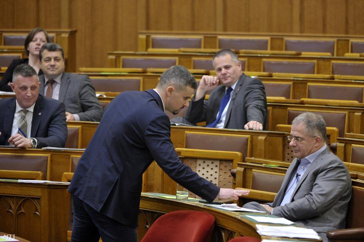 Jakab Péter jobbikos képviselő összetépi a munkaidő-szervezéssel és a munkaerő-kölcsönzés minimális kölcsönzési díjával összefüggő egyes törvények módosításáról szóló javaslat egy példányát az Országgyűlés plenáris ülésén 2018. december 11-én