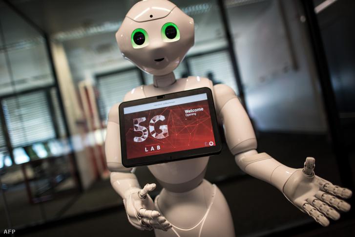 Pepper nevű robot fogadja a vendéket a Vodafone 5G Lab -on, Düsseldorfban 2018. május 9-én